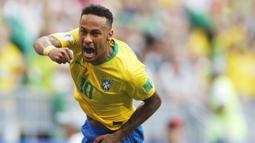1. Neymar (Brasil) - Pemain termahal dunia ini tampil gemilang bersama PSG. Meski sempat menepi karena cedera namun ia mampu tampil brilian dan berpeluang menjuarai Piala Dunia 2018. (AP/Frank Augstein)