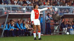 1. Johan Cruyff - Legenda sepak bola dunia ini memulai karier di Ajax Amsterdam pada periode 1964 hingga 1973 sebelum akhirnya pindah ke Barcelona. Menorehkan catatan fantastis 190 gol dalam 240 penampilan bersama de Amsterdammers. (AFP/Cor Mulder)