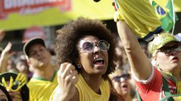 Ekspresi fans cantik Brasil setelah timnya membobol gawang Kosta Rika pada laga grup E Piala Dunia 2018 di Rio de Janeiro, Brasil, (22/6/2018). Brasil menang 2-0. (AP/Silvia Izquierdo)