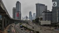 Suasana lalu lintas yang terlihat ramai lancar di Jalan Gatot Subroto, Jakarta, Senin (14/9/2020). Pemprov DKI Jakarta menerapkan PSBB Ketat mulai 14 September 2020 dengan menutup sementara lima pusat kegiatan di antaranya sekolah, pariwisata, dan sarana olahraga. (Liputan6.com/Johan Tallo)