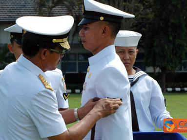 Citizen6, Surabaya: Pemasangan Pangkat kepada salah satu perwakilan dari siswa pendidikan spesialis kesehatan TNI AL. (Pengirim: Penkobangdikal)