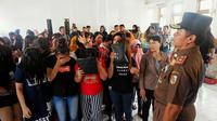 Penertiban lokasi prostitusi berkedok panti pijat di Pekanbaru berlangsung dramatis (Liputan6.com / M.Syukur).