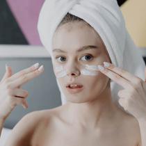 Ilustrasi pemakaian skincare.  (dok. Pexels.co  cottonbro  https://www.pexels.com/photo/woman-in-white-hijab-covering-her-face-with-white-towel-4153615/ /Vriskey Herdiyani)