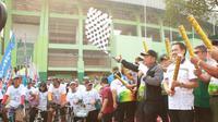 Bupati Sidoarjo Saiful Ilah bersama Staf Ahli Menpora Bidang Kelembagaan dan Kemitraan Candra Bhakti melepas Gowes Nusantara. (Foto: Liputan6.com/Dian Kurniawan)