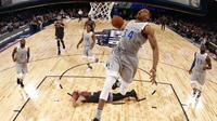 Bintang Milwaukee Bucks, Giannis Antetokounmpo, melakukan aksi dunk spektakuler pada NBA All-Star Game 2017 di New Orleans, 20 Februari 2017. (Bola.com/Twitter/DukaKofi)