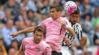 Gelandang Juventus, Sami Khedira, duel udara dengan penyerang Palermo, Franco Vazquez, pada laga Serie A di Stadion Juventus, Turin, Minggu (17/4/2016). Pesta gol Juve dimulai pada menit ke-10 melalui gol Khedira. (AFP/Marco Bertorello)
