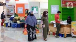 Aktivitas jual beli di Pasar Mitra Tani, Jakarta, Selasa (30/6/2020). Pasar Mitra Tani akan melarang penggunaan kantong plastik sekali pakai untuk seluruh vendor dan konsumen pasar mulai Rabu, 1 Juli 2020. (Liputan6.com/Angga Yuniar)