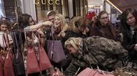 Sejumlah wanita memilih - milih tas yang dibanderol dengan harga cukup murah selama perayaan Black Friday di Macy Herald Square, New York,(26/11). Black Friday adalah hari dimulainya musim belanja bagi warga Amerika menjelang Natal. (REUTERS/Andrew Kelly)