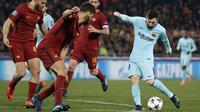Striker  Barcelona, Lionel Messi, melepaskan tendangan ke gawang AS Roma pada laga leg kedua perempat final Liga Champions, di Stadion Olimpico, Selasa (10/4/2018). AS Roma menang 3-0 atas Barcelona. (AP/Andrew Medichini)