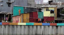 Petugas Penanganan Prasarana dan Sarana Umum (PPSU) mengecat rumah warga yang berada di pinggir Danau Sunter Jakarta, Kamis (22/3). (Liputan6.com/Arya Manggala)