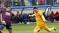 Lionel Messi (kanan) saat membela Barcelona kontra Eibar, pada lanjutan La Liga 2015-2016, beberapa waktu lalu. Messi akan memperkuat timnas Argentina pada ajang Kualifikasi Piala Dunia 2018, akhir bulan ini.  (Reuters/Joseba Etxabur)