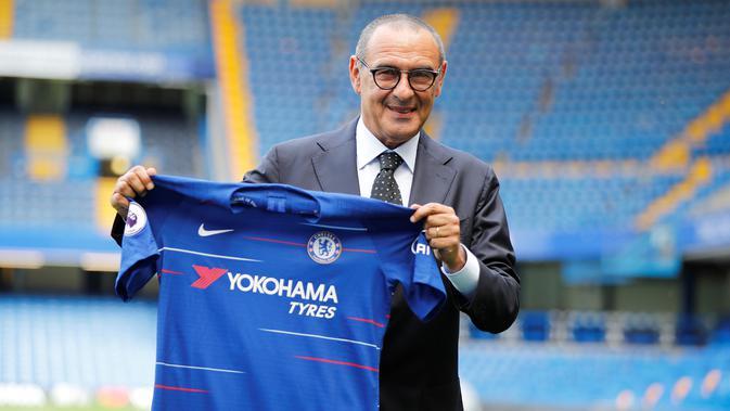 Maurizio Sarri saat pertama kali diperkenalkan sebagai manajer Chelsea. (AFP Photo/Tolga Akmen)