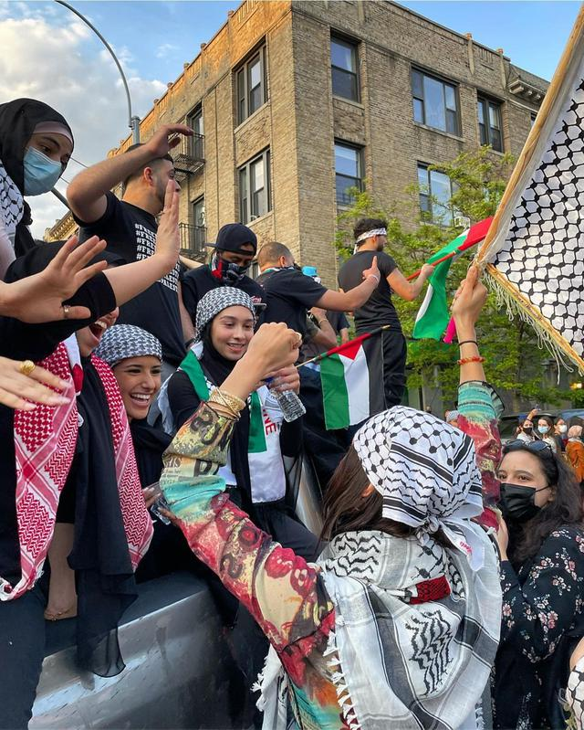 Bella Hadid berdemo membela Palestina. (Instagram/ bellahadid - https://www.instagram.com/p/CO6y8kotR8d/)