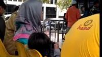 Miris banget, video viral ini memperlihatkan seorang bocah malang sedang nonton video porno, padahal ia tengah duduk di samping orang tua. (YouTube.com)