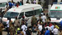 Ambulans terlihat di luar Gereja St Anthony's Shrine setelah ledakan di Kochchikade, Kolombo, Sri Lanka, Minggu (21/4). Seorang pejabat di rumah sakit Batticaloa mengatakan kepada AFP, lebih dari 300 orang telah dirawat setelah ledakan terjadi. (ISHARA S. KODIKARA/AFP)