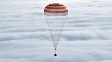 Pesawat kapsul Soyuz saat ingin mendarat di kota Dzhezkazgan, Kazakhstan , (2/3). Kondisi pesawat hangus setelah melawati Atmosfer bumi. (REUTERS / Kirill Kudryavtsev)