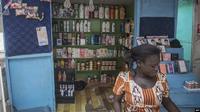 Sebuah toko menjual produk-produk pemutih kulit di Accra, 3 Juli 2018. (Cristina Aldehuela/AFP)
