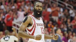 Pemain Houston Rockets James Harden melakukan selebrasi saat pertandingan NBA kuartal ketiga di Toyota Center, Amerika Serikat, (2/11/2015). Rockets menang 110 - 105 atas Thunder. (Reuters/ Thomas B. Shea)