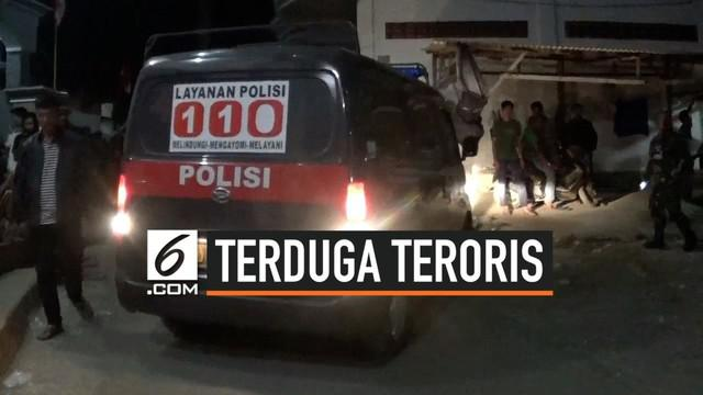 Kepolisian Jawa Timur menangkap satu keluarga yang diduga terlibat dalam kegiatan terorisme. Polisi menangkan ayah, ibu dan dua orang anak.