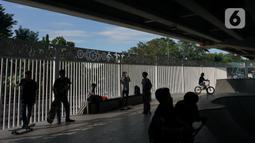 Aktivitas warga di fasilitas skate park kolong flyover Pasar Rebo, Jakarta, Selasa (14/1/2020). Skate park yang telah selesai dibangun tersebut kini mulai diramaikan pengunjung, khususnya pada sore hari. (Liputan6.com/Immanuel Antonius)