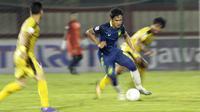 Gelandang PSIS Semarang, Bayu Nugroho, menggiring bola saat melawan Bhayangkara FC pada laga Piala Indonesia di Stadion PTIK, Jakarta, Selasa (19/2). Bhayangkara FC bermain imbang 1-1 melawan PSIS. (Bola.com/Yoppy Renato)
