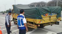 Operasi penertiban kendaraan over dimension dan over load (ODOL) di Jalan Tol Surabaya-Mojokerto. (Foto: Dok PT Jasa Marga Tbk)
