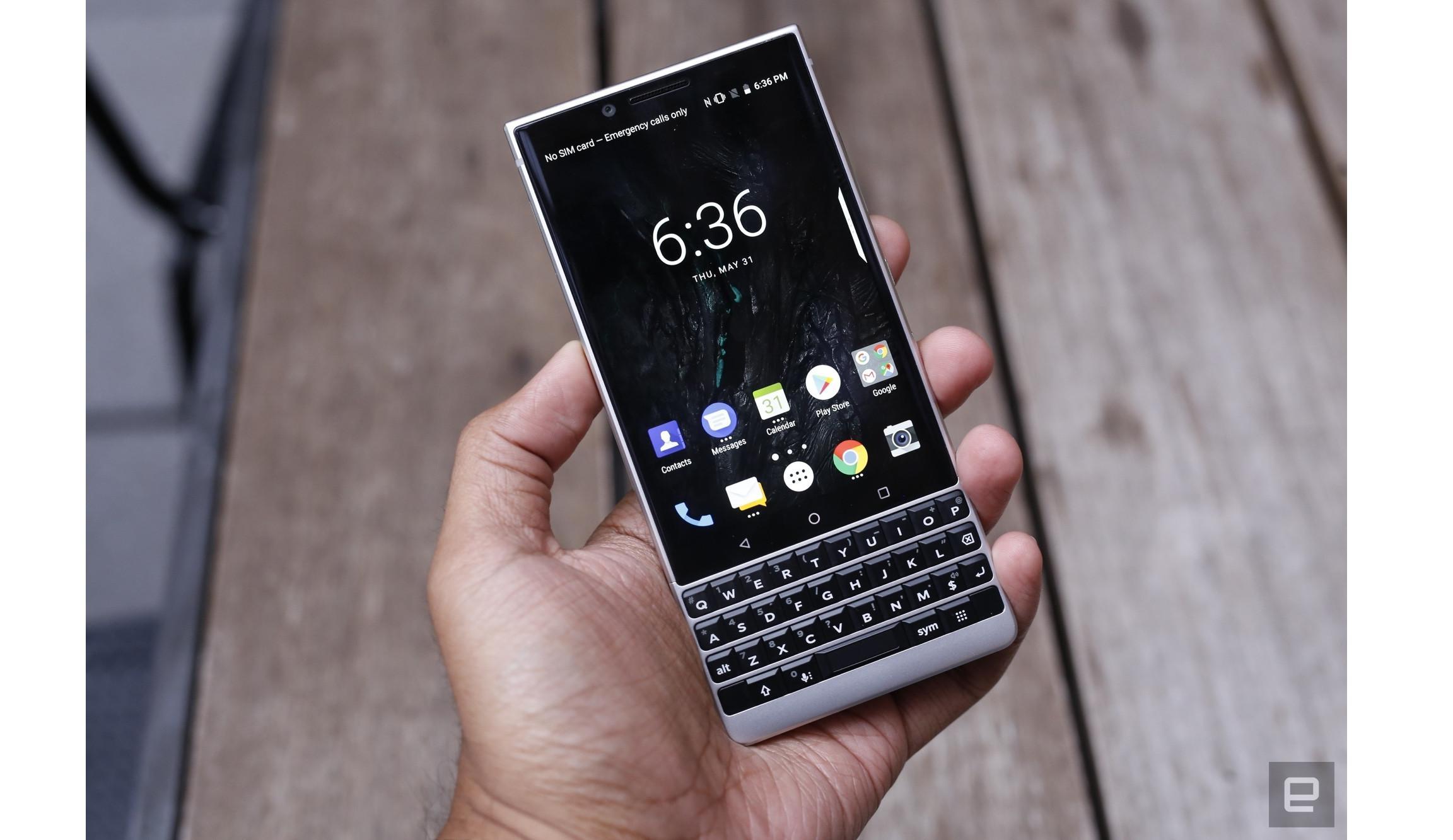 BlackBerry Key2 hadir dalam dua pilihan warna, yakni silver dan hitam (Foto: Engadget/ Chris Velazco)