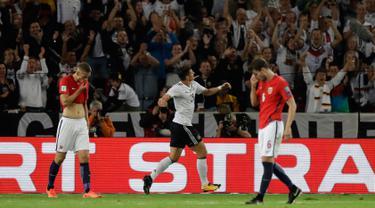 Penyerang Jerman, Mario Gomez (tengah) melakukan selebrasi usai mencetak gol ke gawang Norwegia pada grup C Kualifikasi Piala Dunia 2018 di Stuttgart, Jerman,(4/9). Jerman menang telak atas Norwegia 6-0. (AP Photo/Matthias Schrader)