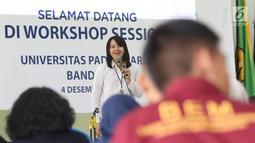 Redaktur Eksekutif Liputan6.com, Irna Gustiawati berbagi materi tentang jurnalistik media on line kepada peserta Workshop Session Emtek Goes to Campus 2018 di Gedung 2 Universitas Padjajdaran, Bandung, Selasa (4/12).(Liputan6.com/Helmi Fithriansyah)