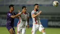 Bek Borneo FC, Javlon Guseynov (kanan) berusaha mengamankan bola dari kejaran pemain Persik Kediri dalam laga pekan kedua BRI Liga 1 2021/2022 di Stadion Pakansari, Bogor, Jumat (10/9/2021). Borneo FC Kalah 0-1. (Foto: Bola.com/Ikhwan Yanuar)