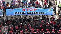 Ribuan buruh melakukan aksi jalan kaki menuju Istana Merdeka, Jakarta, Sabtu (6/2/2016). Dalam aksi tersebut mereka meminta agar tidak terjadi PHK secara besar-besaran. (Liputan6.com/Angga Yuniar)