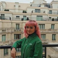 Ini gaya modis Maisie Williams saat menghadiri acara Fashion Week. Ia tampil beda dengan rambutnya yang berponi warna pink. dengan balutan jaket hijau dan celana jeans, Maisie tampil dengan gaya tomboy namun tetap modis dan simpel. (Liputan6.com/Instagram/@maisie_williams)