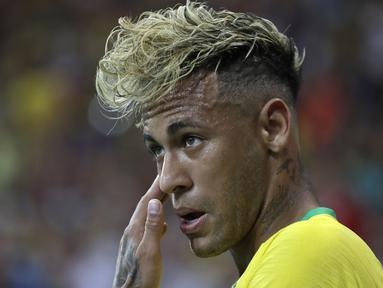 Striker Brasil, Neymar, tampil dengan rambut baru saat melawan Swiss pada laga Grup E Piala Dunia di Rostov Arena, Rostov-on-Don, Minggu (17/6/2018). Kedua negara bermain imbang 1-1. (AP/Themba Hadebe)