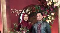Momen pertunangan Dian Pelangi dan sang kekasih dibagikan lewat Insta Story sahabatnya, desainer Barli Asmara. (dok. Insta Story Barli Asmara/Dinny Mutiah)
