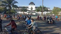 Sejumlah warga Bandung bersepeda di depan Gedung Sate, Minggu (21/6/2020). (Liputan6.com/Huyogo Simbolon)