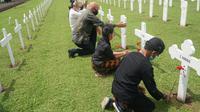 Oorlogsgravenstichting Indonesie atau Yayasan Makam Kehormatan Belanda di Indonesia menggelar peringatan bersama mengenang korban perang di kompleks Ereveld Pandu, Kota Bandung, pada Selasa (10/11/2020). (Liputan6.com/Huyogo Simbolon)