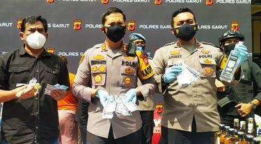 Kapolres Garut AKBP Wirdhanto Hadicaksono menunjukan beberapa barang bukti obat terlarang dan miras dalam pengungkapan obat-obatan dan psikotropika di Mapolres Garut.