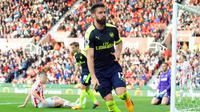 Striker Arsenal, Olivier Giroud, merayakan gol yang dicetaknya gawang Stoke City pada pertandingan pekan ke-37 Premier League, di Stadion Bet 365, Sabtu (13/5/2017). Arsenal menang dengan skor 4-1. (EPA/Rui Viera)