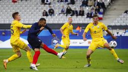 Striker Prancis, Kylian Mbappe, melepaskan tendangan ke gawang Ukraina pada laga uji coba di Stade deFrance, Kamis (8/10/2020). Prancis menang dengan skor 7-1. (AP Photo/Francois Mori)