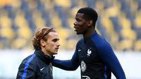 Dua pemain tim nasional Prancis, Paul Pogba (kanan) dan Antoine Griezman. (AFP/Franck Fife)