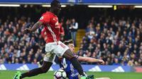 Bek Manchester United Eric Bailly beraksi pada laga melawan Chelsea di Stamford Bridge, London, 23 Oktober 2016. (AFP/Glyn Kirk)