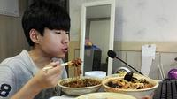 Kegiatan makam larut malam yang dilakukan seorang remaja pria di Cina nyatanya memberikan keuntungan bersar untuknya.