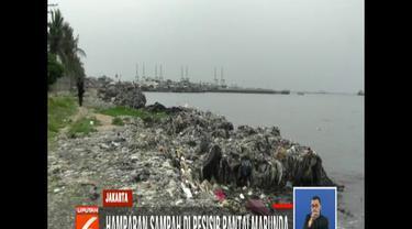 Warga mengelak bila disebut sampah berasal dari pembuangan warga. Sampah ini justru diakui terdampar dari tengah lautan.