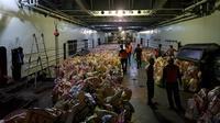 Pengiriman bantuan paket sembako ke sejumlah pulau di Madura oleh Pemprov Jawa Timur. (Foto: Liputan6.com/Dian Kurniawan)