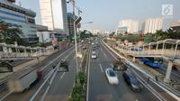 Pemandangan saat sejumlah kendaraan melintas di Jalan Tol Dalam Kota, Jakarta, Senin (11/6). H-4 Lebaran sejumlah ruas tol di Jakarta ramai lancar. (Liputan6.com/Herman Zakharia)