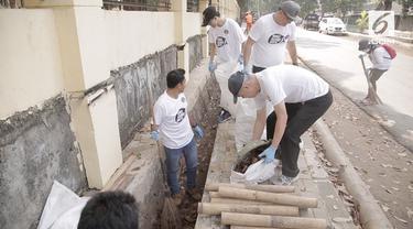 Menyambut World Cleanup Day, ratusan relawan di Pulo Gebang memunguti sampah dan membuat lingkungan sekitar bersih.