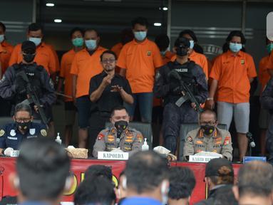 Kapolda Metro Jaya Irjen Pol Fadil Imran menyampaikan keterangan saat rilis kasus pungli terhadap sopir truk kontainer Tanjung Priok di Polda Metro Jaya, Jakarta, Kamis (17/6/2021). Polisi menangkap 24 orang dari empat kelompok preman. (merdeka.com/Imam Buhori)