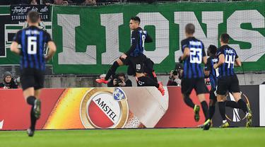 Selebrasi Lautaro Martinez usa membobol gawang Rapid Wina lewat tendanga penalti pada leg 1, 32 besar Liga Europa yang berlangsung di stadion Allianz, Wina, Jumat (15/2). Inter Milan menang 1-0 atas Rapid Wina. (AFP/Joe Klamar)