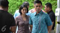 Dian Sastrowardoyo bersama sang suami, Maulana Indraguna Sutowo saat hendak melakukan pencoblosan di Pilkada DKI Jakarta putaran kedua. (Zulfa Ayu Sundari/Liputan6.com)