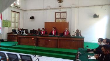 Majelis Hakim Pengadilan Tipikor Makassar menjatuhkan hukuman 2 tahun penjara kepada penyuap Gubernur Sulsel non-aktif Nurdin Abdullah (Liputan6.com/ Eka Hakim)